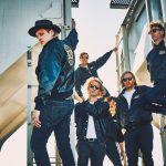 Arcade Fire 2017. Hinten mit bunter Sonnenbrille: Will Butler, Bruder von Sänger Win (vorne). (Foto: Sony)