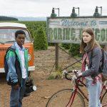 """Szene aus """"Everything Sucks!"""": Luke und Kate vor dem Ortsschild ihrer Heimat Boring, Oregon (Netflix)"""