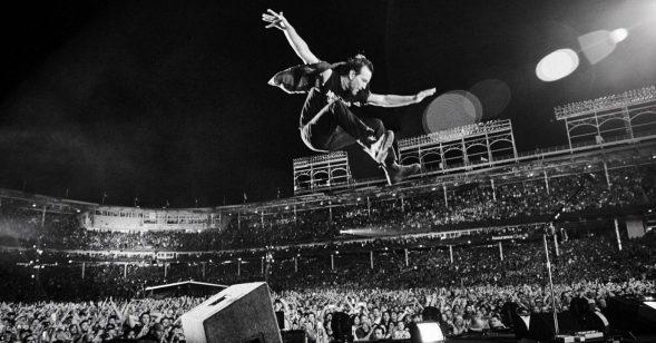 """Pearl Jam: Eddie Vedder live in Chicago – PR-Foto zu ihrem Livefilm """"Let's Play Two"""" von Danny Clinch"""