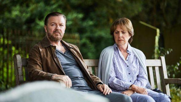 """Lernen sich am Friedhof trauernd kennen und schätzen: Tony (Ricky Gervais) und Anne (Penelope Wilton) in """"After Life"""" (Foto: Netflix)"""